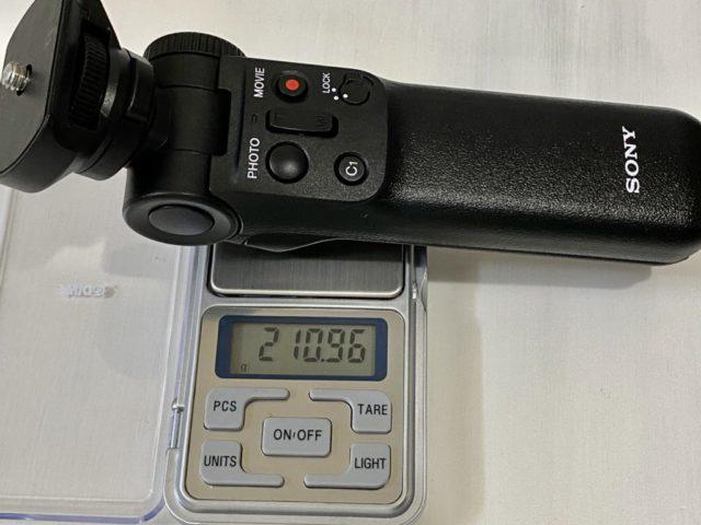 ZV-1シューティンググリップ幅49.5×高さ173.0×奥行42.0mm。三脚状態時は幅146.5×高さ133.5×奥行163.0mm。 重さは実測で210g(公称215g)