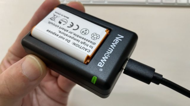 Newmowa NP-BX1 充電器キットLEDランプは裏側にもあります